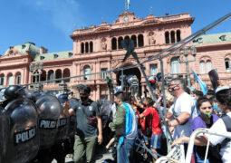 Se terminó el velatorio de Diego Maradona en la Casa Rosada tras serios incidentes en la calle