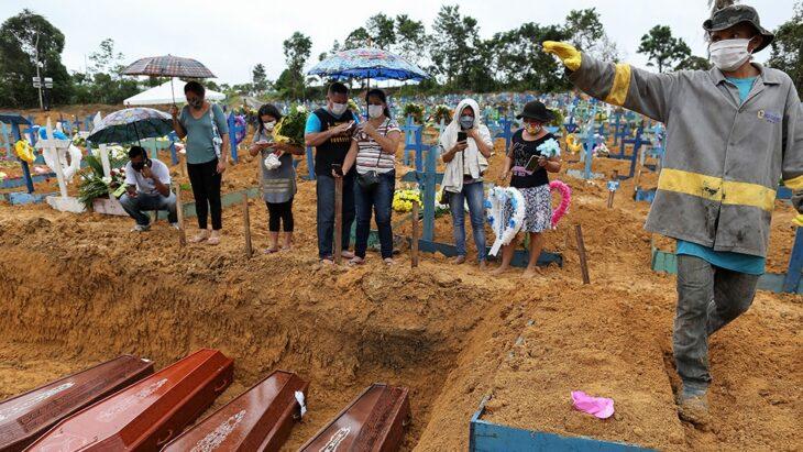 Fin de año en Brasil: sin vacunas, Bolsonaro en la playa, los ricos de fiesta y Manaos en colapso