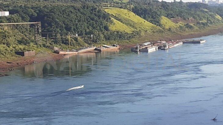 Por la bajante del río, barcazas quedan encalladas en las costas del Paraná